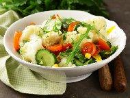 Витаминозна салата от варен карфиол с чери домати, краставици, чушки, рукола и царевица